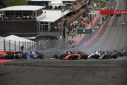 Max Verstappen, Red Bull Racing RB13, Fernando Alonso, McLaren MCL32, Daniil Kvyat, Scuderia Toro Rosso STR12, chocan