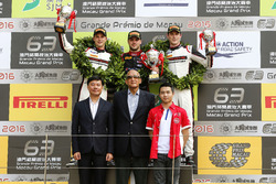 Podio: ganador de la carrera Laurens Vanthoor, Audi Sport Team WRT Audi R8 LMS; segundo lugar Earl B