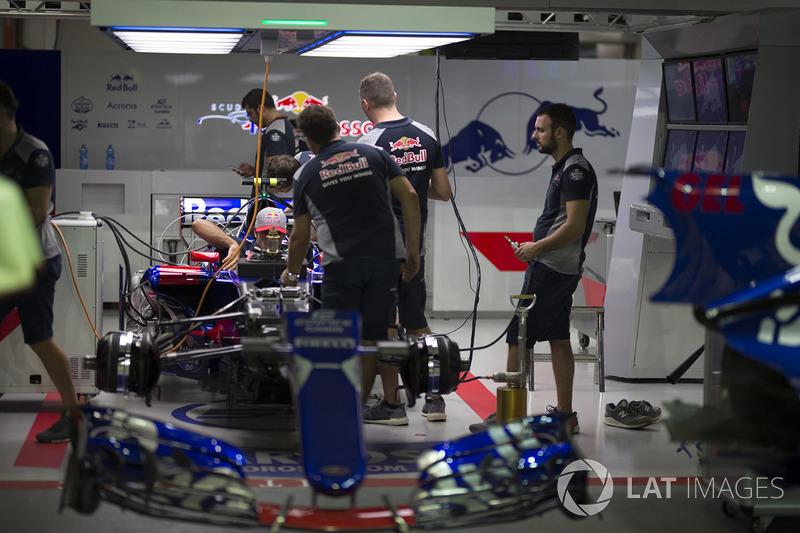 Scuderia Toro Rosso STR12, in der Garage