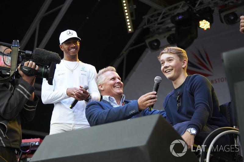 Lewis Hamilton, Mercedes AMG F1, Johnny Herbert en el escenario con el piloto de British Formula 4 Billy Monger