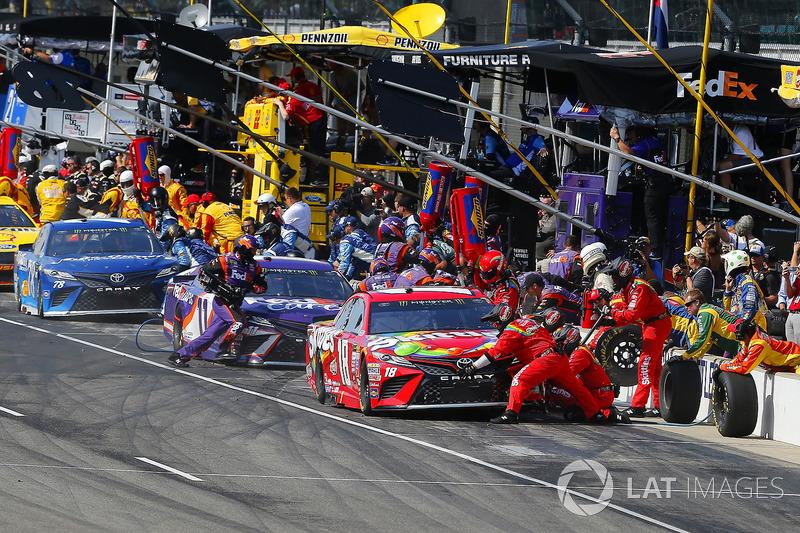 Martin Truex Jr., Furniture Row Racing Toyota, Denny Hamlin, Joe Gibbs Racing Toyota, Kyle Busch, Jo