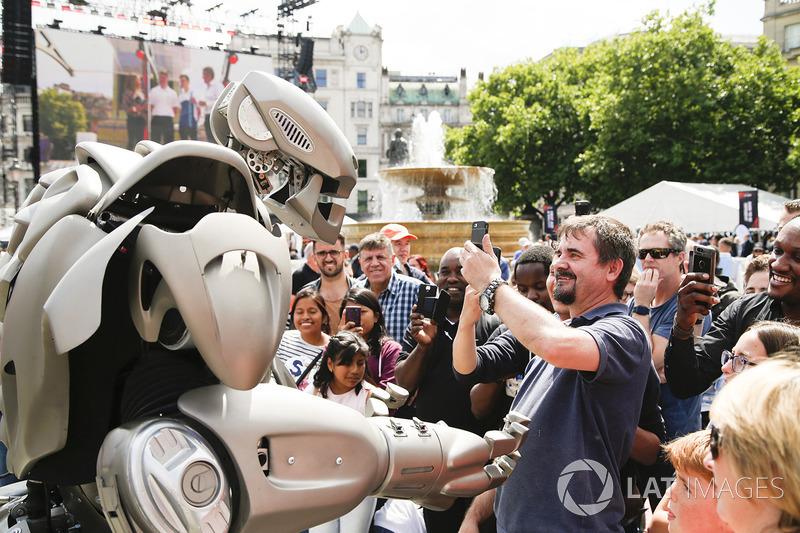 Робот серед натовпу