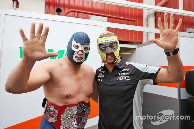 (Da Sx a Dx): Blue Demon Jr., Luchador e Wrestler con Sergio Perez, Sahara Force India F1