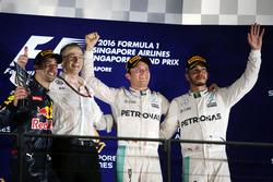 El podio: Daniel Ricciardo, Red Bull Racing, segundo; Nico Rosberg, de Mercedes AMG F1 ganador y Lew