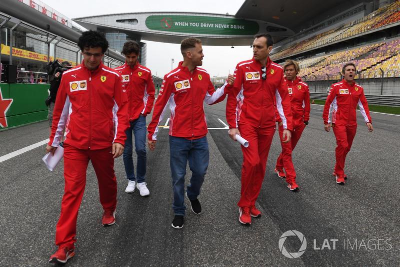 Sebastian Vettel, Ferrari, discute avec Riccardo Adami, ingénieur de course