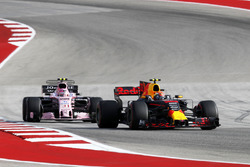 Max Verstappen, Red Bull Racing RB13 ve Esteban Ocon, Sahara Force India VJM10