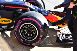 Red Bull Racing RB14, ruota anteriore e pneumatico Pirelli