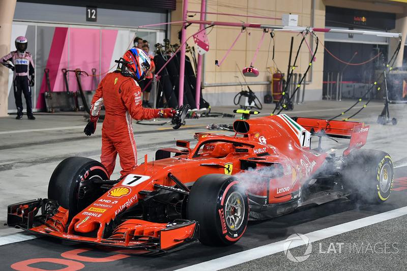 Kimi Raikkonen, Ferrari SF71H tersingkir di tengah pitlane