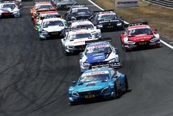 Gary Paffett, Mercedes-AMG Team HWA, Mercedes-AMG C63 DTM, lidera al grupo al inicio de la carrera
