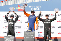 Ganador Scott Dixon, Chip Ganassi Racing Honda, segundo, Simon Pagenaud, Team Penske Chevrolet, tercero, Robert Wickens, Schmidt Peterson Motorsports Honda celebran