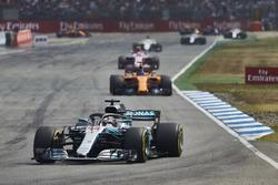 Lewis Hamilton, Mercedes AMG F1 W09, devant Fernando Alonso, McLaren MCL33