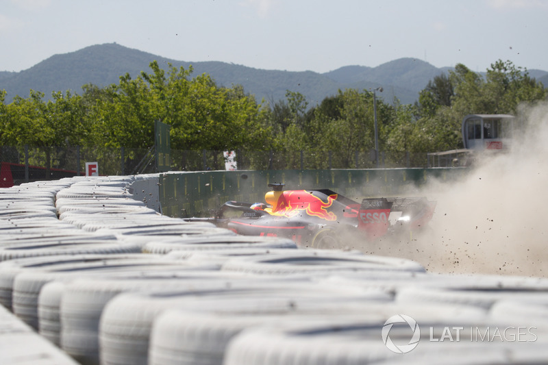 Daniel Ricciardo, Red Bull Racing RB14 choca en la PL1
