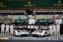 Team photo: #91 Porsche Motorsport Porsche 911 RSR: Nick Tandy, Patrick Pilet, Kevin Estre and #92 Porsche Motorsport Porsche 911 RSR: Earl Bamber, Frédéric Makowiecki, Jörg Bergmeister