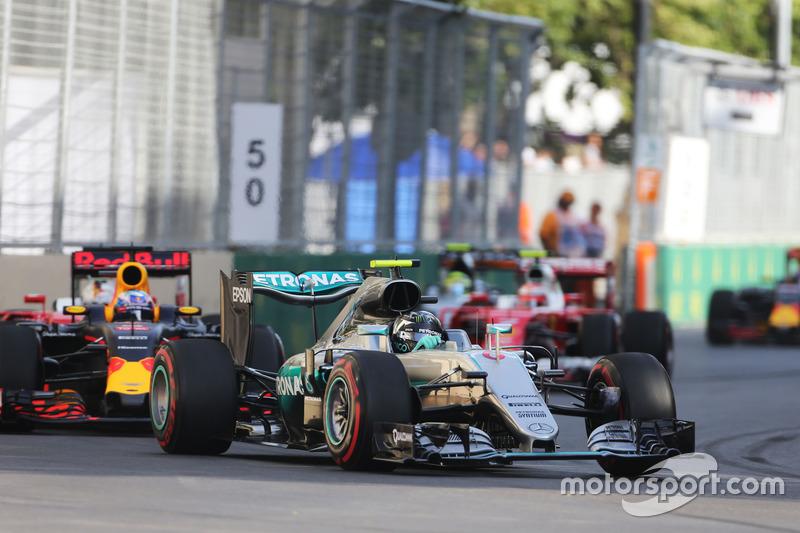 Nico Rosberg, híbrido de Mercedes AMG F1 W07 conduce al inicio de la carrera