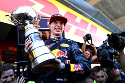 Max Verstappen, Red Bull Racing fête sa victoire avec son trophée
