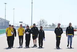 Прогулка по трассе: Кевин Магнуссен, Renault Sport F1 Team и Сергей Сироткин, Renault Sport F1 с командой