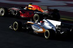 Esteban Ocon, Force India VJM10, et Max Verstappen, Red Bull Racing RB13