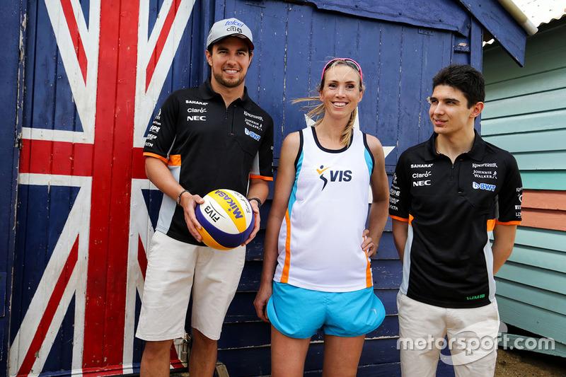 Sergio Pérez, Sahara Force India F1 y Esteban Ocon, Sahara Force India F1 juegan voleibol en la playa de Brighton con Tamsin Hinchley, jugadora de voleibol