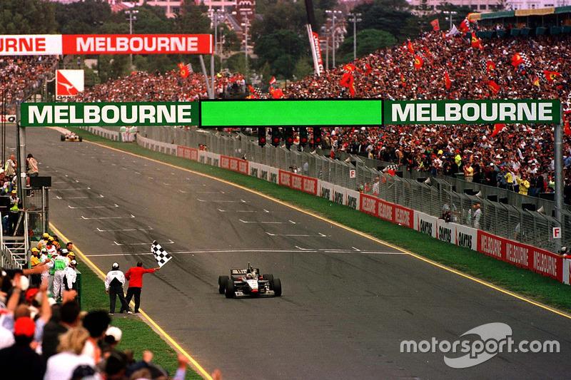 David Coulthard gana la primera carrera de la temporada en Melbourne a Michael Schumacher y Mika Hakkinen
