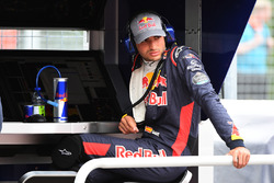Carlos Sainz Jr., Scuderia Toro Rosso sits on the pit wall gantry after stopping on track in FP1