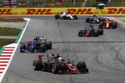 Кевин Магнуссен, Haas F1 VF-17, Карлос Сайнс-мл., Scuderia Toro Rosso STR12, и Ромен Грожан, Haas F1 VF-17