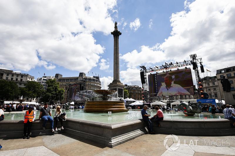 Nelsons Column etrafında büyük ekranlar