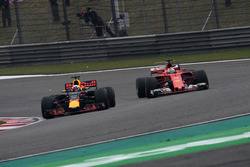 Sebastian Vettel, Ferrari SF70-H y Daniel Ricciardo, Red Bull Racing RB13