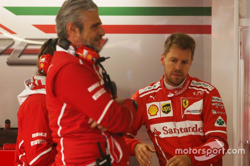 Maurizio Arrivabene, director del equipo Ferrari, y Sebastian Vettel, Ferrari