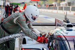 تعبئة وقود سيارة رقم 1 فريق بورشه 919 الهجينة: أندريه لوتيرر، نيك تاندي، نيل ياني