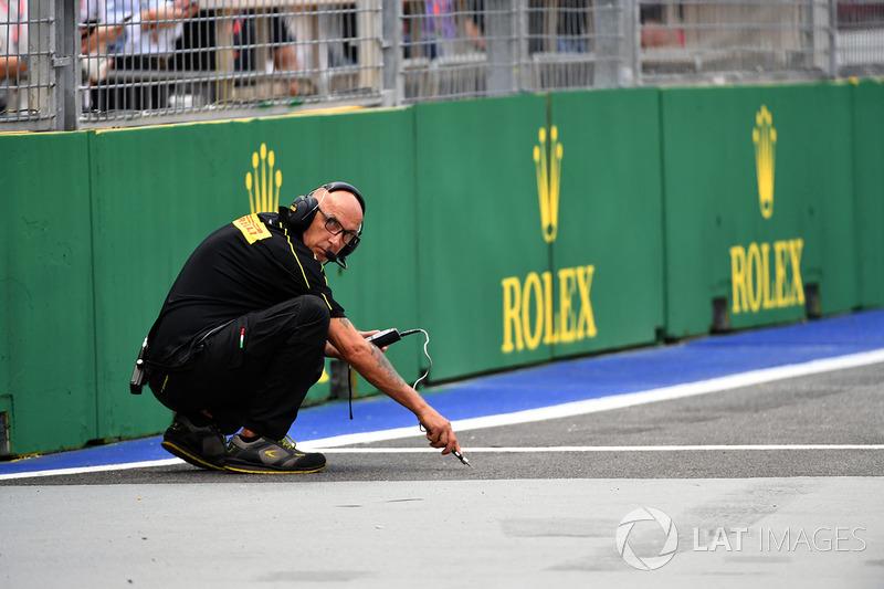 Mecánico de Pirelli comprueba la temperatura de la pista