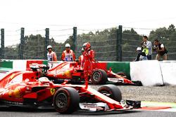 Sebastian Vettel, Ferrari SF70H, pasa a Kimi Raikkonen, Ferrari SF70H