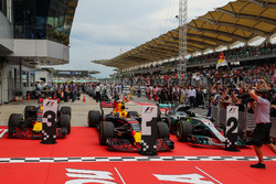 Les voitures du vainqueur Max Verstappen, Red Bull Racing RB13, Daniel Ricciardo, Red Bull Racing RB13 and Lewis Hamilton, Mercedes-Benz F1 W08 dans le Parc Fermé