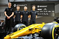 Jarno Opmeer, pilote Renault Sport Academy; Max Fewtrell, pilote Renault Sport Academy; Sun Yue Yang, pilote Renault Sport Academy; Jack Aitken, pilote Renault Sport Academy avec la Renault Sport F1 Team R.S.17