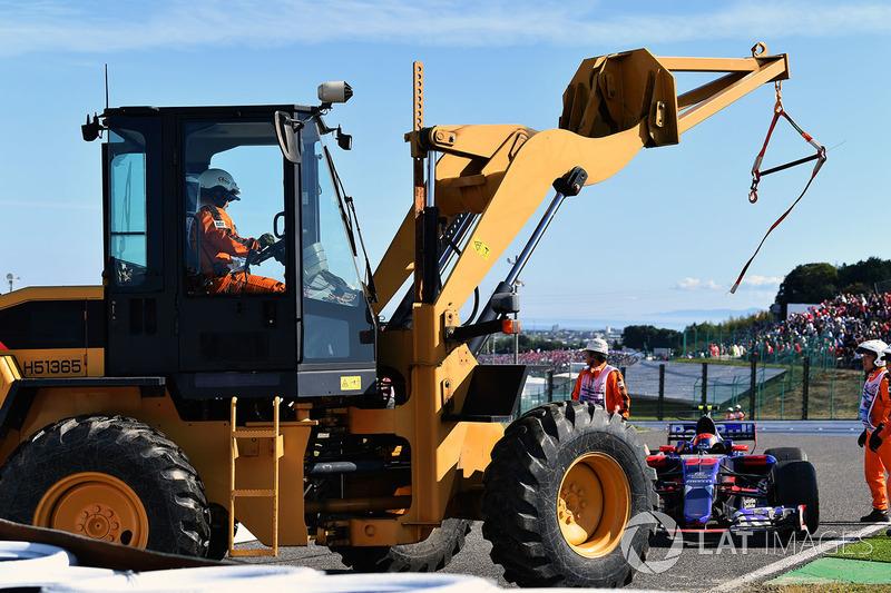 El coche de Carlos Sainz Jr., Scuderia Toro Rosso STR12 y la grúa