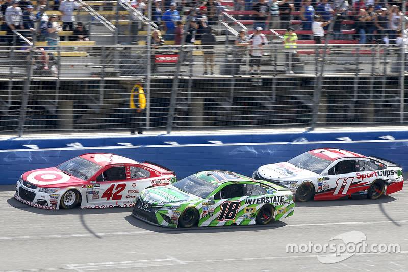 Restart: Kyle Larson, Chip Ganassi Racing, Chevrolet; Kyle Busch, Joe Gibbs Racing, Toyota; Denny Hamlin, Joe Gibbs Racing, Toyota