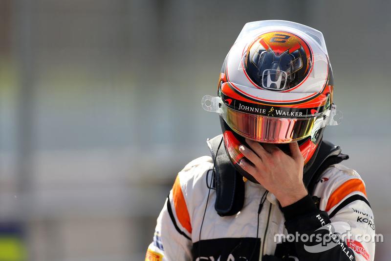 f1-barcelona-pre-season-testing-ii-2017-stoffel-vandoorne-mclaren-mcl32