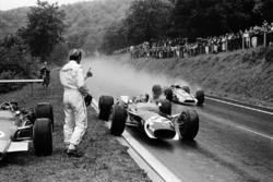 Jo Siffert, Lotus stopt om een droog vizier te lenen van Graham Hill, die al had opgegeven. John Surtees, Honda passeert hen