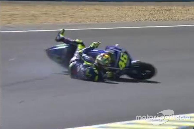 Rossi cae en la última vuelta