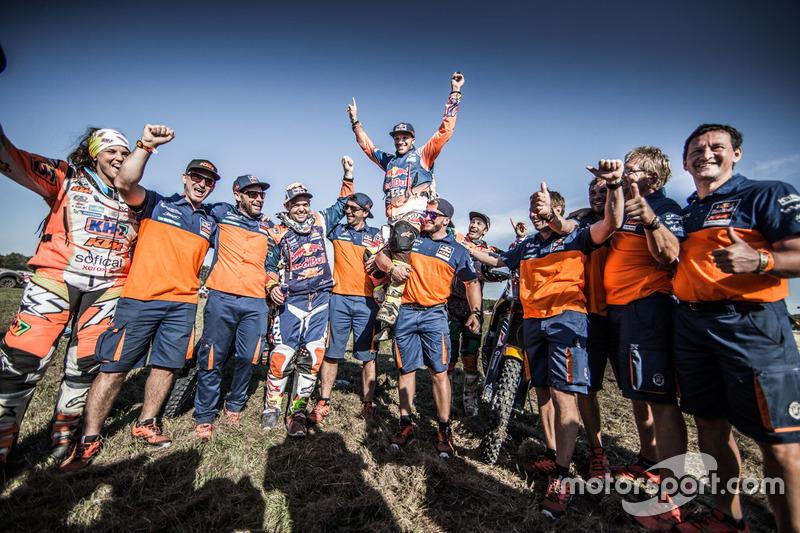 #14 Red Bull KTM Factory Racing: Sam Sunderland celebra con el equipo
