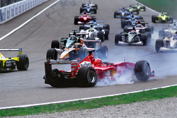 Arrancada: Choque de Michael Schumacher, Ferrari F1 2000 y Giancarlo Fisichella, Benetton Playlife B
