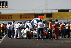 Paul di Resta, Williams FW40, lines-up at the rear of the grid
