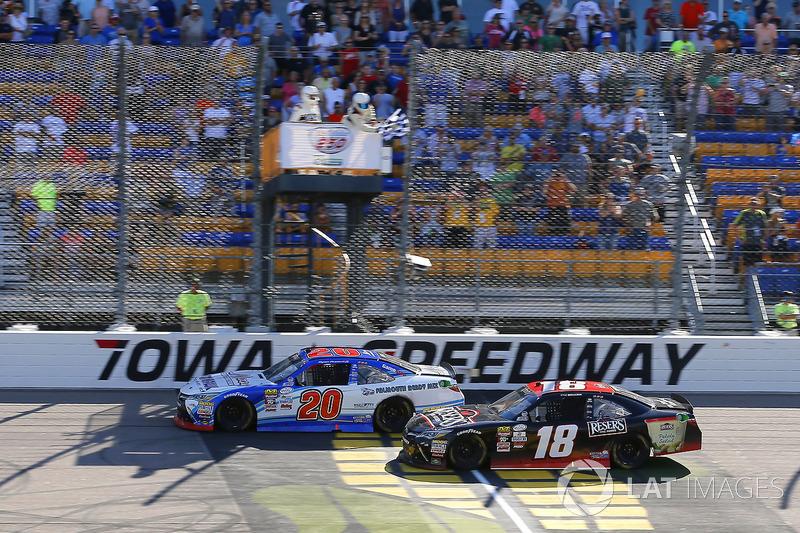 Ryan Preece, Joe Gibbs Racing Toyotadrives pilotos bajo la bandera a cuadros para ganar