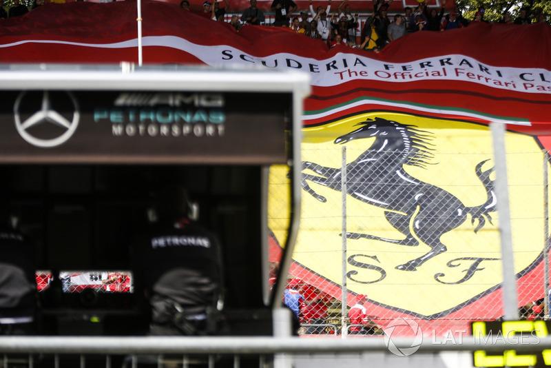 Bendera raksasa Ferrari
