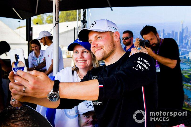 Valtteri Bottas, Mercedes AMG F1, posa per un selfie con una tifosa