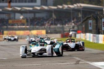 Oliver Turvey, NIO Formula E Team, NIO Sport 004 leads Robin Frijns, Envision Virgin Racing, Audi e-tron FE05