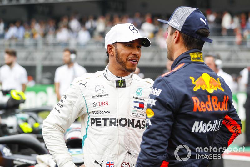 Lewis Hamilton, Mercedes AMG F1, felicita a Daniel Ricciardo, Red Bull Racing por su pole position