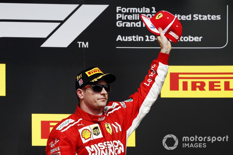 Kimi Raikkonen, Ferrari, festgeggia sul podio dopo la vittoria della gara