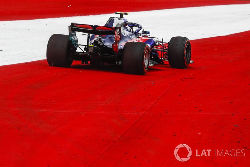 Pierre Gasly, Scuderia Toro Rosso STR13 runs wide