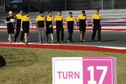 Carlos Sainz Jr., Renault Sport F1 Team, arpente la piste  avec des membres de son équipe