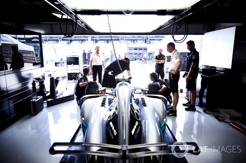 The Mercedes team at work on the car of Valtteri Bottas, Mercedes AMG F1